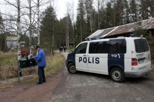 Murhapaikalle johtava tie oli suljettu ja alueella tehtiin tutkimuksia perjantaina. Kuva: Kymen Sanomat